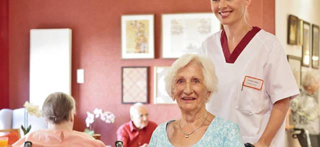 Ältere Menschen mit Pfleger