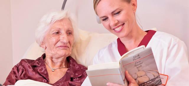 Alte Frau Pfleger lesen