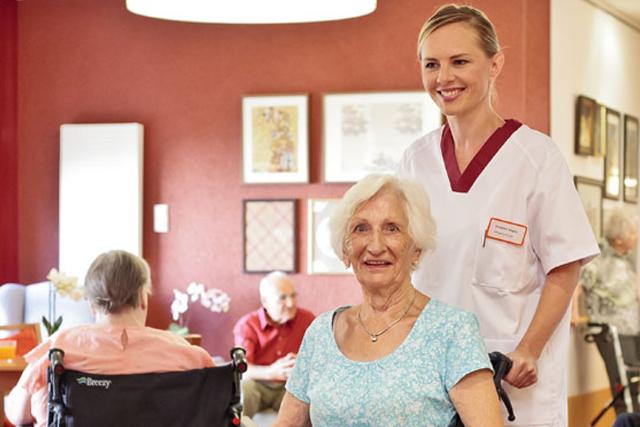Guttknechtshof ältere Frau mit Pfleger